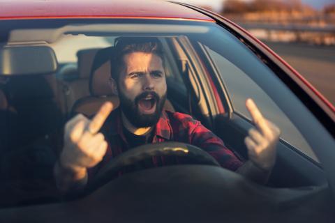 Hombre enfadado coche