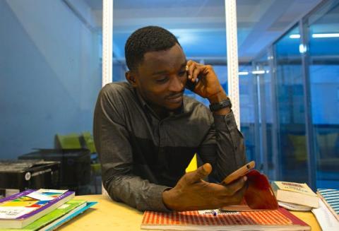 Llama por teléfono a tus compañeros o jefes si los necesitas.