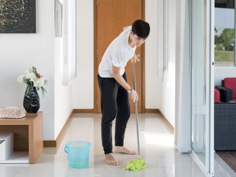 Así como en la oficina irías a ver a tu compañero o a la cafetería, en casa puedes romper la rutina con pequeñas tareas domésticas.