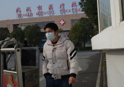 Un hombre sale de un centro médico de Wuhan, en China.
