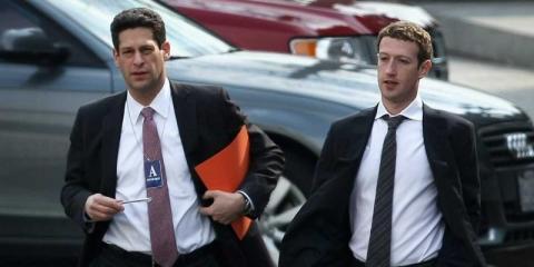 Incluso Mark Zuckerberg, que usa normalmente una sudadera gris oscura para trabajar, se viste con traje en momentos importantes...