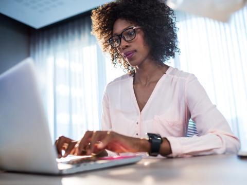 La investigación de información salarial para posiciones similares es clave para una negociación exitosa.