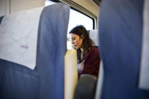 Irene Montero durante un viaje en tren.