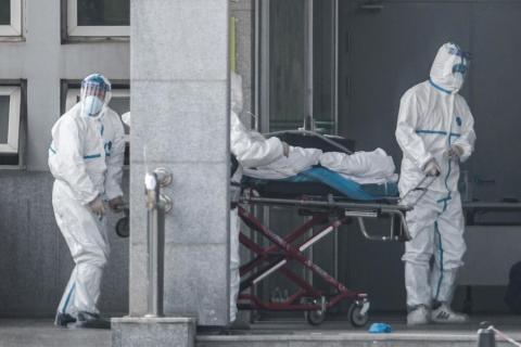 Miembros del personal médico  llevaban a un paciente al hospital Jinyintan, por  coronavirus, en Wuhan el 18 de enero.