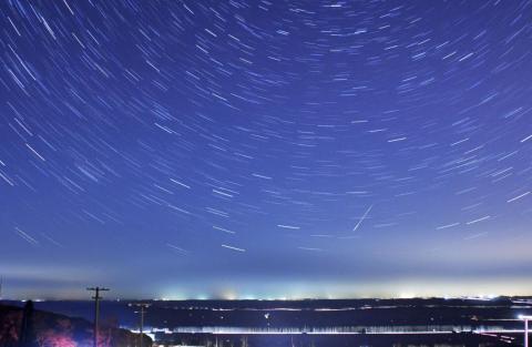 Un meteorito pasa por encima de las estrellas durante la lluvia de meteoritos Cuadrantida en Qingdao, provincia de Shandong, China, el 4 de enero de 2014.