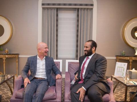 Jeff Bezos, CEO de Amazon, y el príncipe heredero saudí, Mohammed bin Salman en 2018.