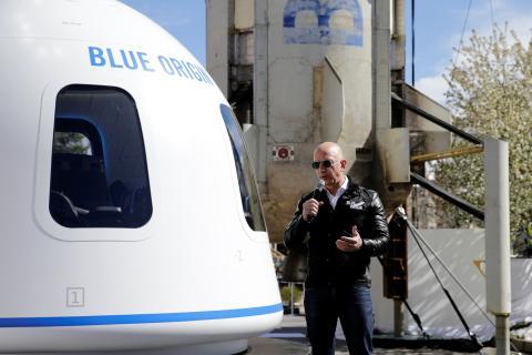 Jeff Bezos frente al Blue Origins