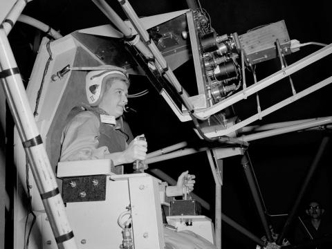 La piloto Jerrie Cobb entrena en la Instalación de Inercia de Prueba Espacial Multi Eje, que simuló un vuelo espacial, el 4 de enero de 1960.