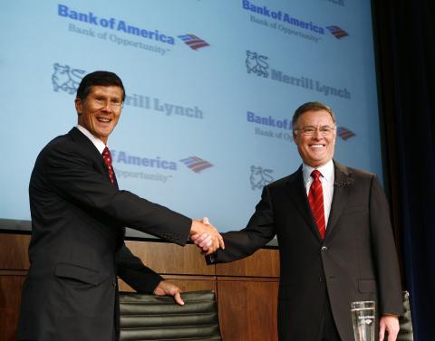 John Thain y Kenneth Lewis sellan la adquisición de Merrill Lynch por parte de Bank of America.