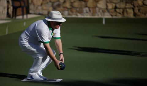 Un jubilado juega a la petanca en una urbanización de Estepona (Málaga)
