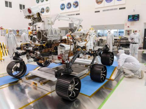 Ingenieros observan la primera prueba de conducción del rover Marte 2020 de la NASA en el Jet Propulsion Laboratory en Pasadena, California, Diciembre 17, 2019.