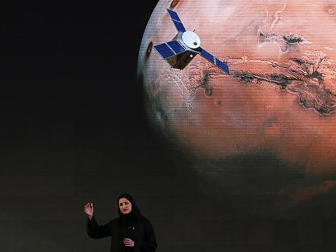 """Sarah Amiri, subdirectora de proyecto de la misión a Marte de los Emiratos Árabes Unidos, habla sobre el proyecto, llamado """"Hope"""" o """"al-Amal"""" en árabe, en Dubai, Emiratos Árabes Unidos, el 6 de mayo de 2015."""