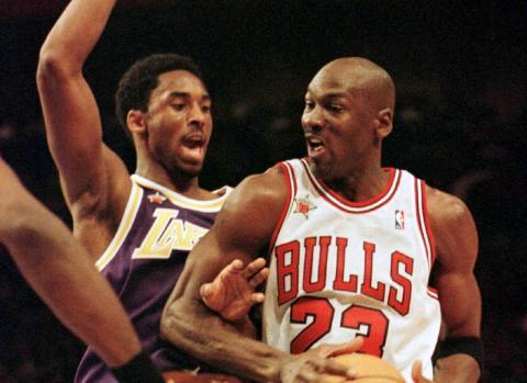Kobe Bryant defiende a Michael Jordan en un partido de 1999.