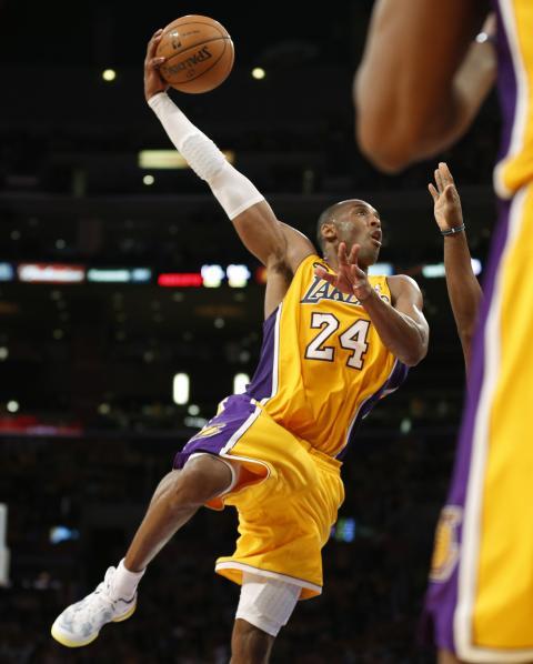 Kobe Bryant ejecuta un 'sky hook'.