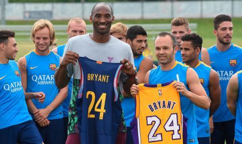 Kobe Bryant con el equipo del FC Barcelona.