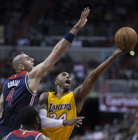 Kobe Bryant frente a Marcin Gortat.