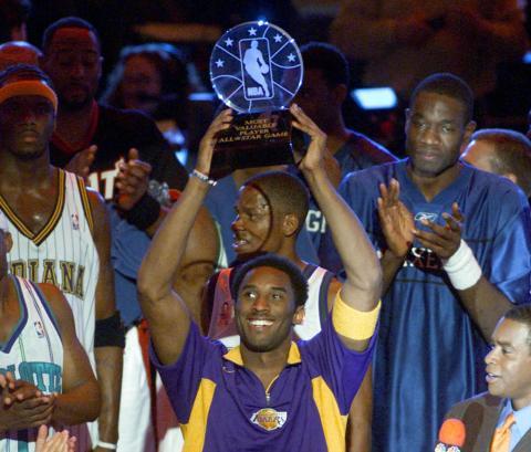 Kobe Bryant gana su primer MVP del All-Star Game (2002).