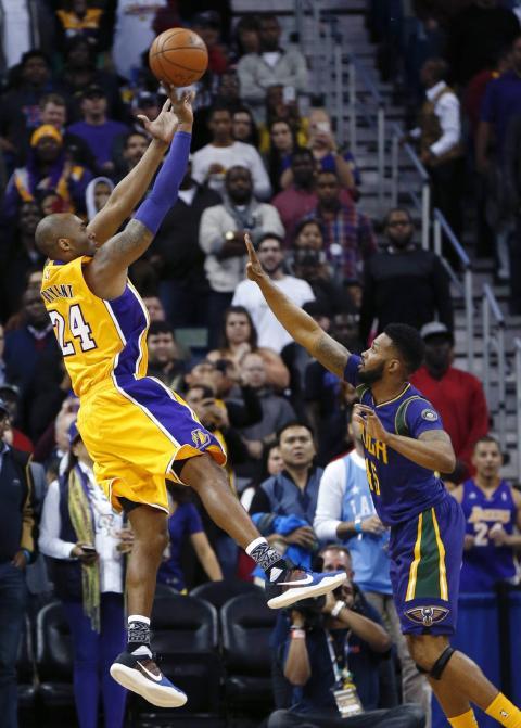 Kobe Bryant lanza un triple en el último suspiro de un partido.