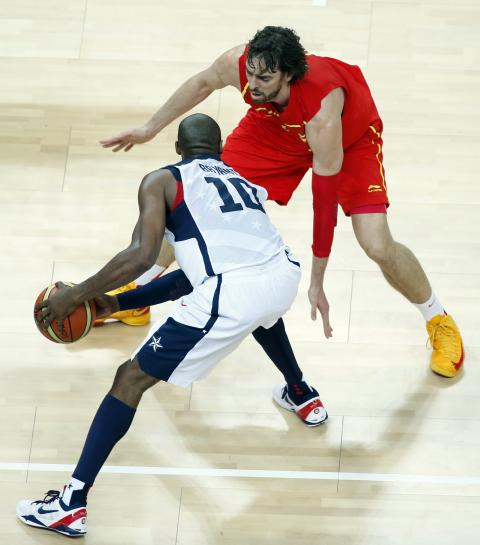 Kobe Bryant lidia con Pau Gasol durante la final de los Juegos Olímpicos de 2012.