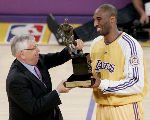 Kobe Bryant recibe el MVP de la Temporada 06-07.