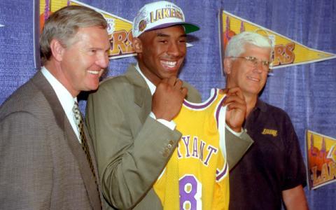 Kobe Bryant recoge su camiseta de Los Angeles Lakers tras el draft de 1996.