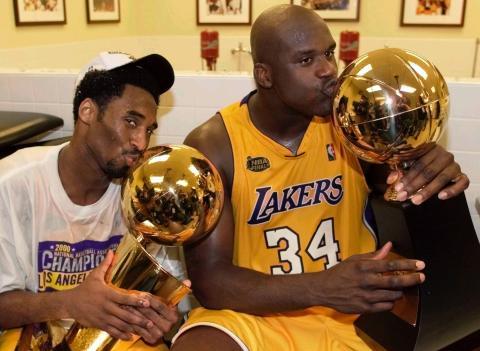 Kobe Bryant y Shaquille O'Neal tras ganar la NBA en el 2000.