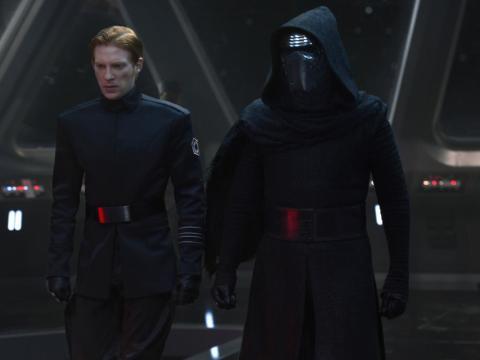 Esto podría haber sido más efectivo si Ben no tuviera su máscara puesta.