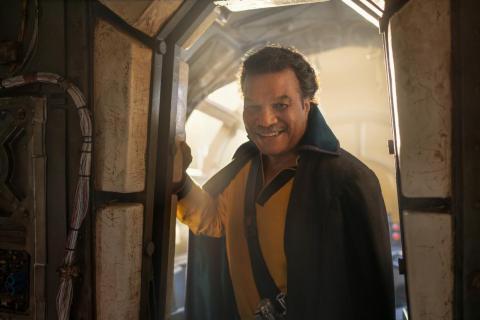 """El atuendo de Lando cuando los salva también nos recuerda su atuendo que usó en """"El retorno del Jedi"""" mientras estaba encubierto en el palacio de Jabba."""