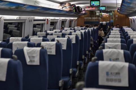 Un tren mayormente vacío viaja a Wuhan desde Shanghai el 23 de enero de 2020.