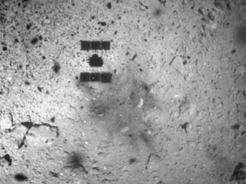 La sombra de la nave Hayabusa2 de Japón después de su exitoso aterrizaje en el asteroide Ryugu durante una misión separada el 22 de febrero de 2019.