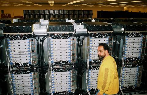 Un técnico inspecciona parte de BlueGene / L en el laboratorio Lawrence Livermore en Livermore en diciembre de 2004.