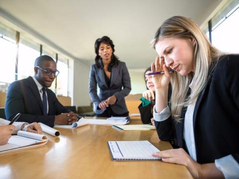 Los líderes reciben y responden constantemente a quejas de los empleados.