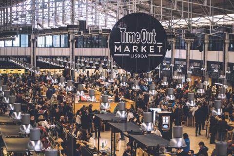 Dentro de un mercado en Lisboa