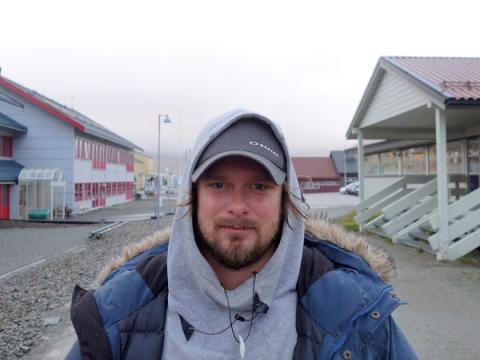 Fredric Froeberg posa para una foto en Longyearbyen