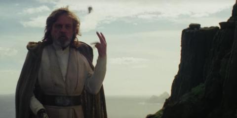 """En """"El último Jedi"""", cuando Rey intentó ofrecer la espada, Luke lo arrojó descuidadamente."""