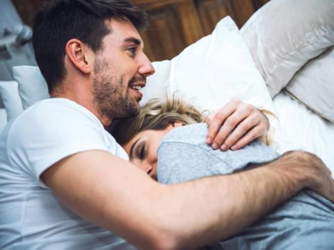 Una pareja que se acuesta en la cama juntos.