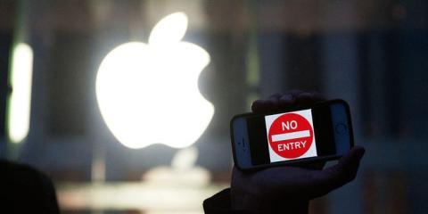 """Un manifestante sostiene un iPhone que dice """"No Entry"""" fuera de la tienda de Apple en 5th Avenue el 23 de febrero de 2016 en la ciudad de Nueva York, EEUU."""