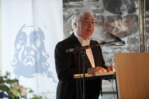 Manuel Castells, ministro de Universidades, recibiendo el premio Holdberg en 2012.