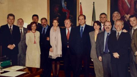 Manuel Chaves y la mayoría de los consejeros que formaron parte de su gabinete en la legislatura 1996-2000, entre ellos Carmen Calvo (tercera por laizquierda).
