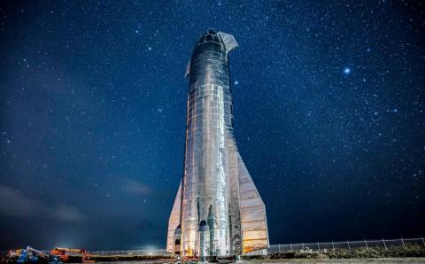 El prototipo de cohete Mark 1 de la nave estelar de 300 metros de altura de SpaceX se encuentra en Boca Chica, Texas, en medio de un fondo de estrellas en septiembre de 2019.