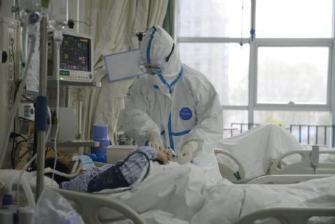 Un médico atiende a un paciente del coronavirus de Wuhan