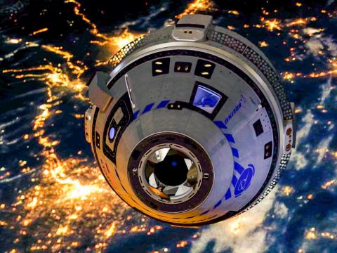 Una representación computarizada de la nave espacial CST-100 Starliner de Boeing orbitando la Tierra.