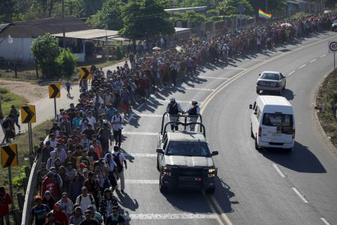 Migrantes, en su mayoría de Centro América, caminando en caravana a su paso por Chiapas, México