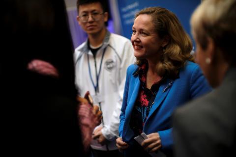 La ministra de Economía Nadia Calvino habla con los asistentes a las reuniones anuales del FMI y el Banco Mundial en Washington.