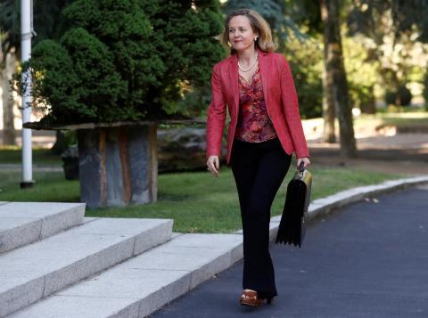 La ministra de Economía, Nadia Calviño, llega para una reunión de gabinete en el Palacio de la Moncloa en Madrid.