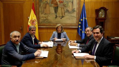 La ministra de Empleo, Fátima Báñez, y los dirigentes de los sindicatos y las patronales