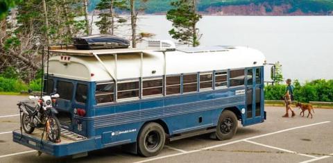 La mitad delantera del autobús tiene 500 vatios de paneles solares que permiten cargarlo. La mitad trasera tiene una plataforma de almacenamiento, yoga y golf cuando sacan el green