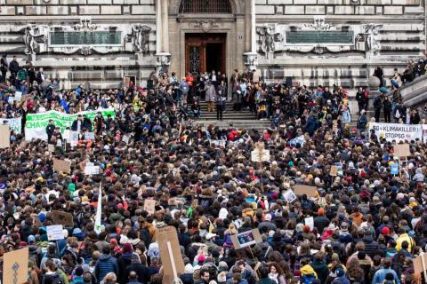 Más de 10.000 estudiantes y activistas se reunieron para una huelga climática el viernes en Lausana, Suiza.