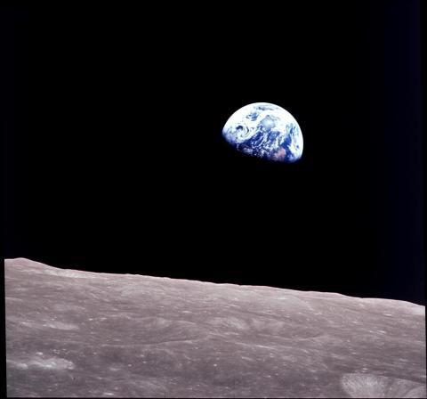 La Tierra se eleva sobre el horizonte lunar en esta imagen de teleobjetivo captada desde la nave espacial Apolo 8, el 22 de diciembre de 1968.