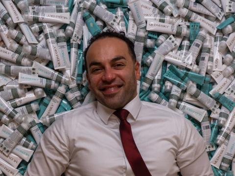 Mousavi no tenía experiencia en la industria cosmética antes de crear Mudmasky.
